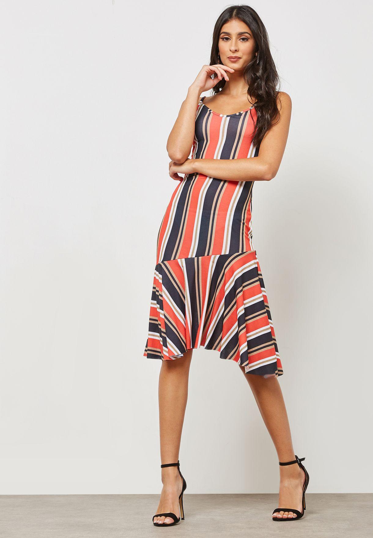 فستان بحمالات وخطوط