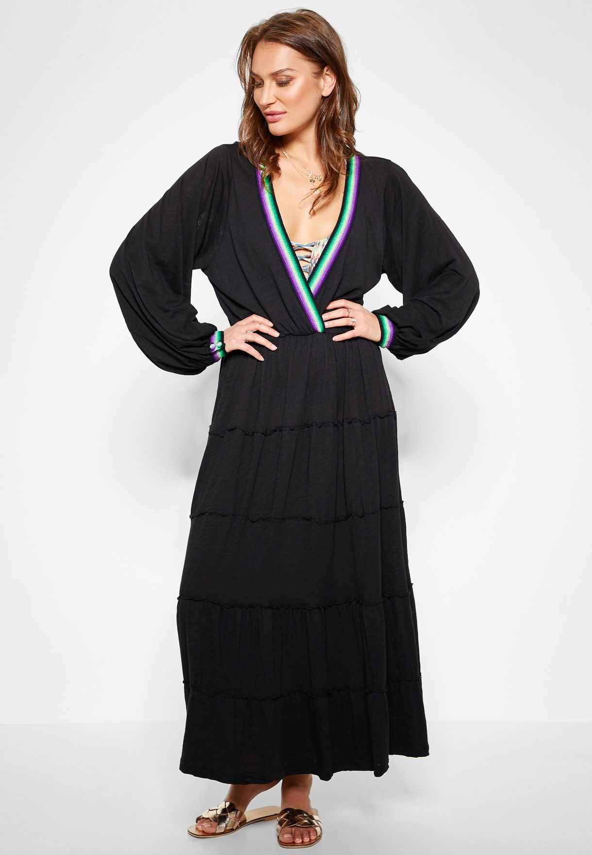 فستان مكسي بقصة عميقة عند الياقة