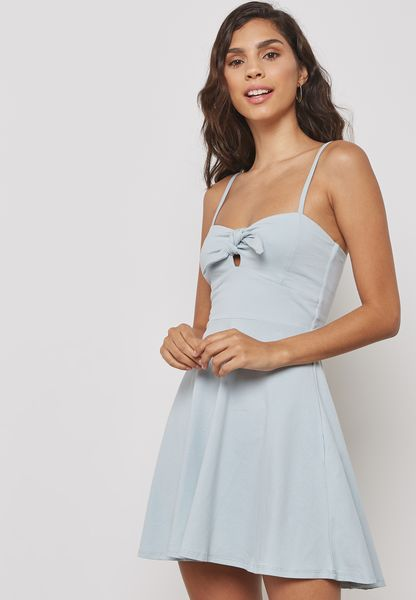 فستان قصير بحمالات وحافة واسعة