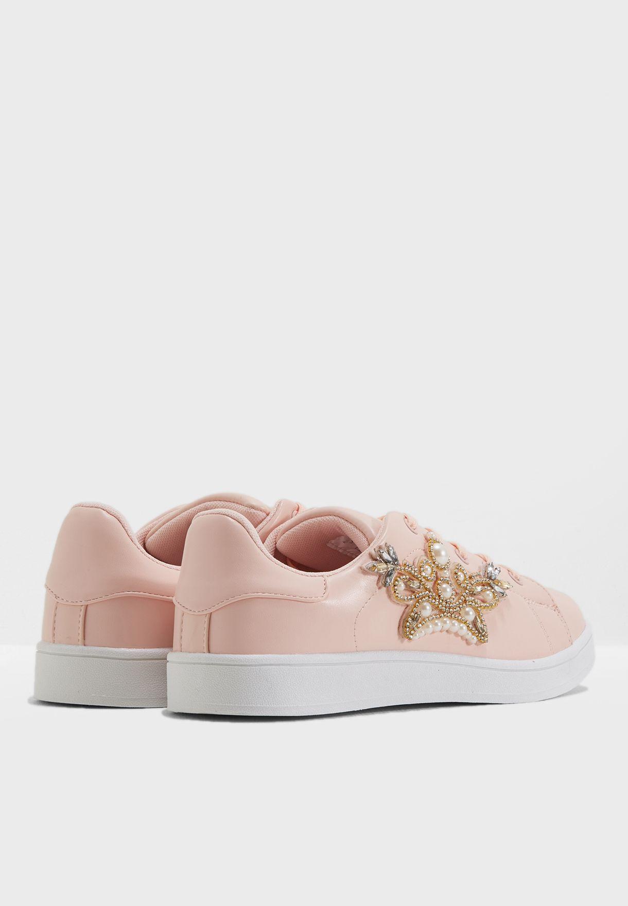 حذاء مزين بأحجار