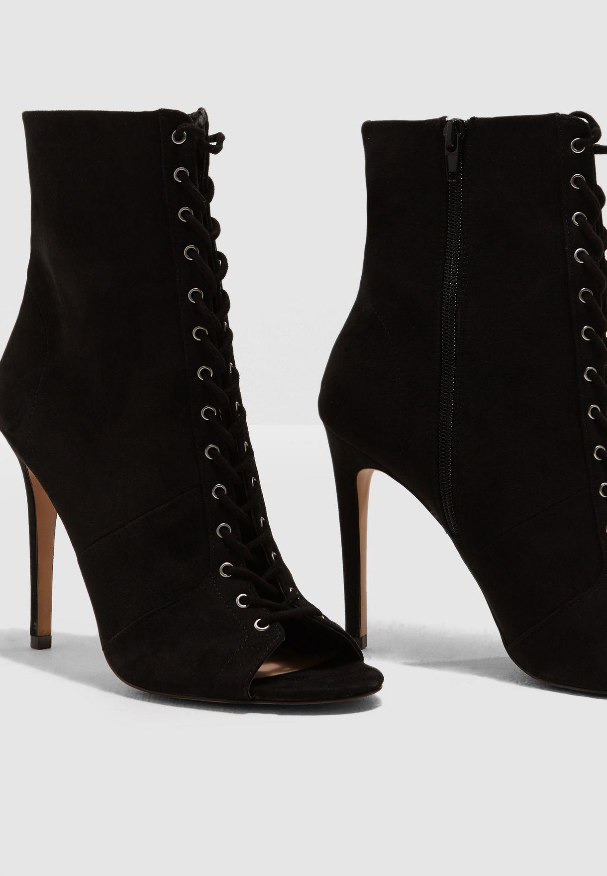 حذاء شامواه مفتوح عند الأصابع
