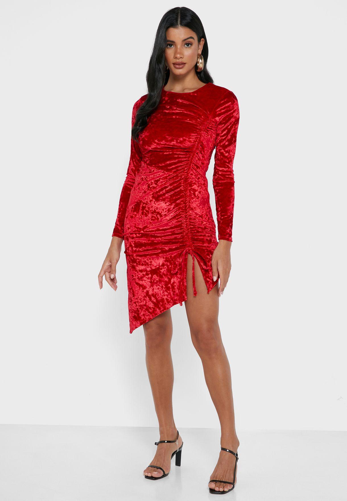 فستان مخملي بأجزاء مزمومة
