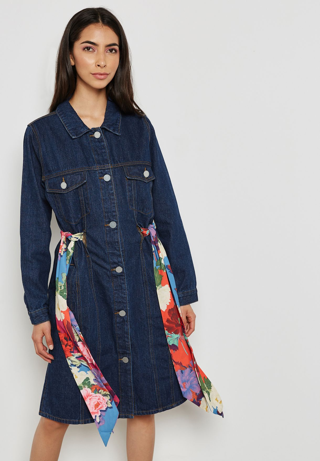فستان جينز مع أربطة بطبعات