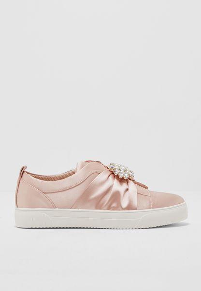 حذاء مزين ببروش
