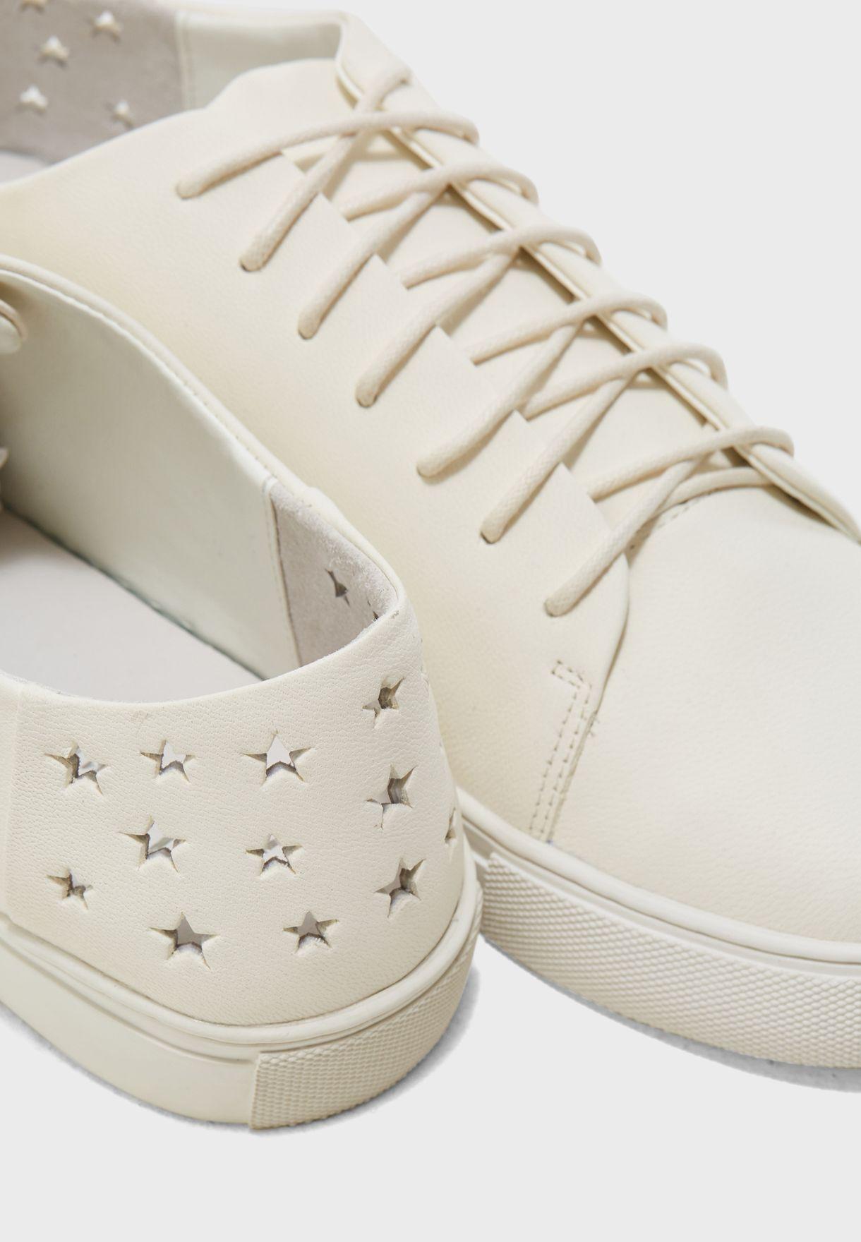 حذاء سنيكرز مزين بنجوم
