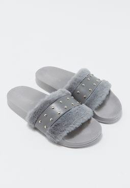 حذاء بأجزاء فرو