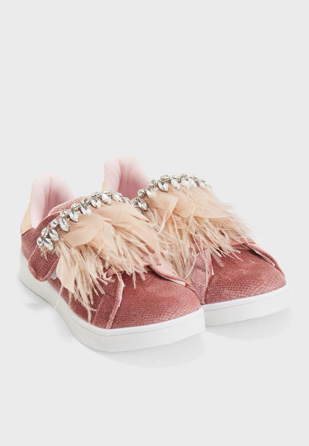 حذاء مزين بأحجار لامعة وريش