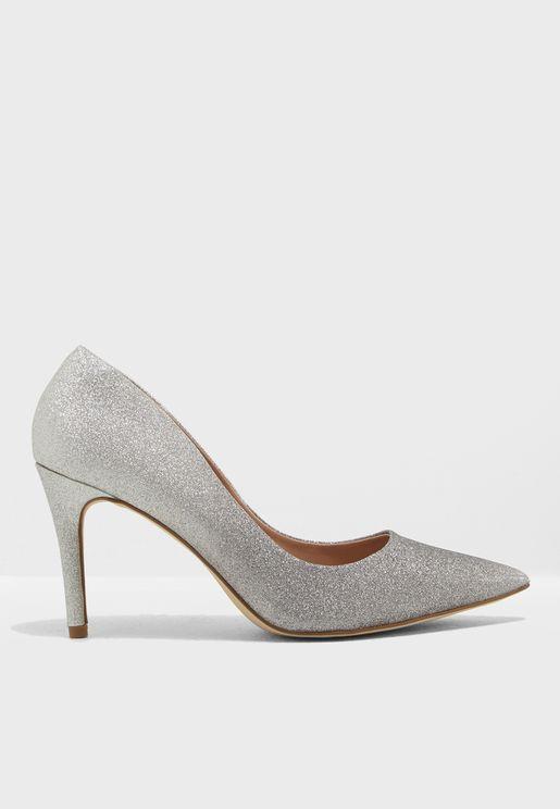 حذاء مزين بذرات لامعة