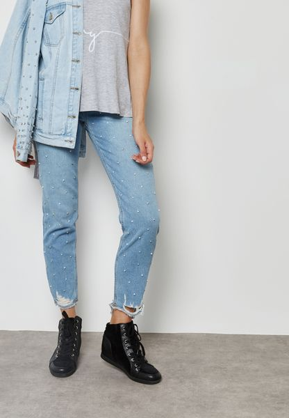 جينز مزين باللؤلؤ واحجار الراين