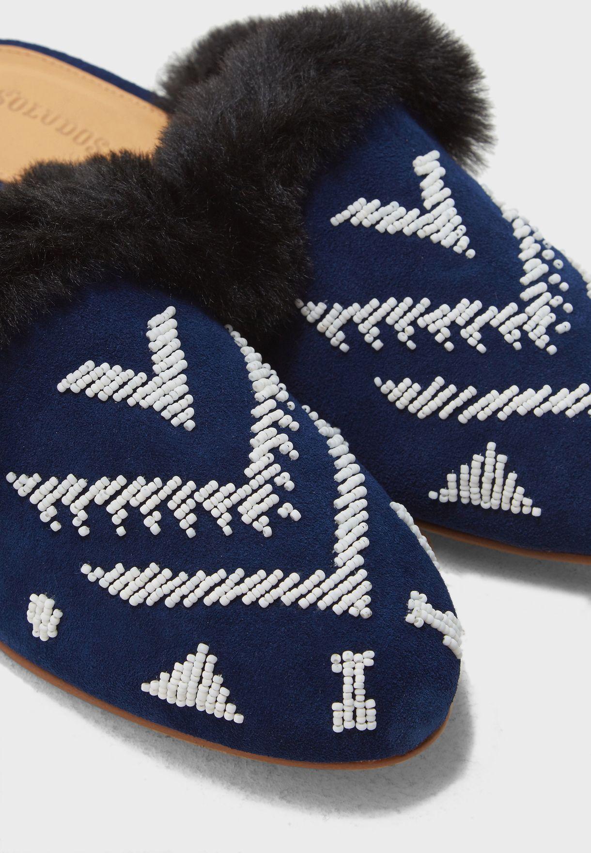 حذاء مزين بالخرز والفرو