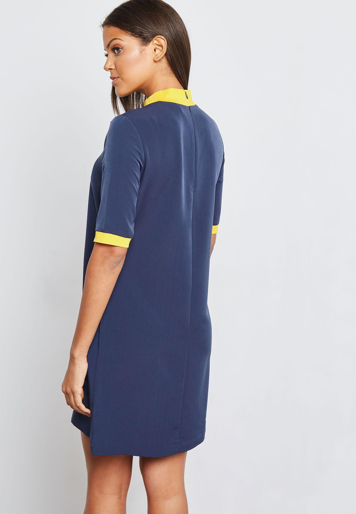 فستان قصير بياقة مرتفعة مغايرة