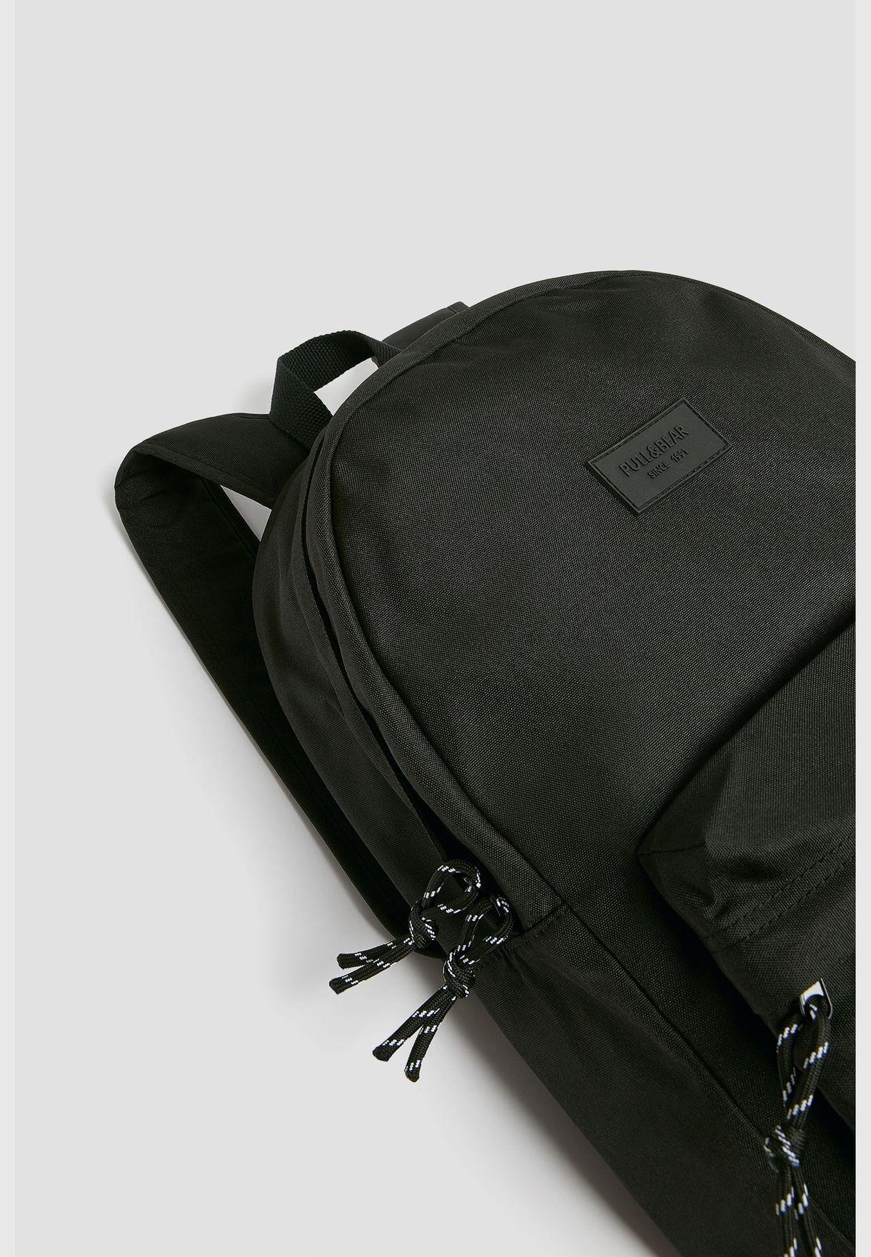 حقيبة ظهر بشعار