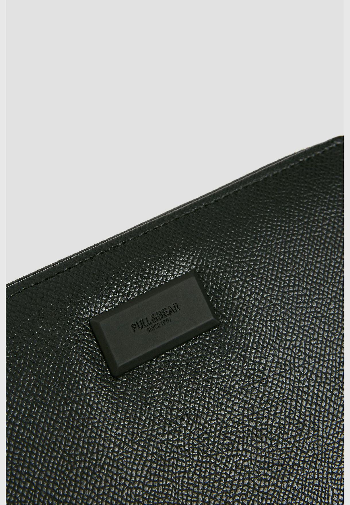 محفظة سوداء بمظهر بارز
