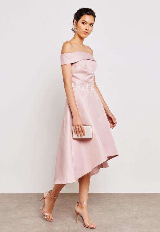 فستان عاري الاكتاف بحواف مختلفة في الطول