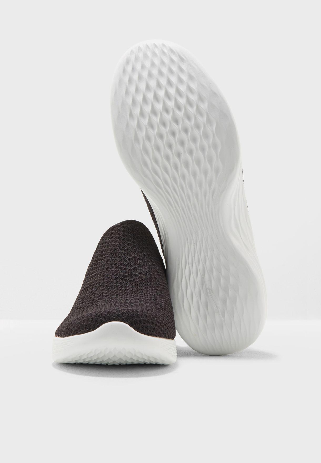 حذاء رياضة يو