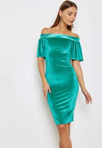 فستان مخمل بأكتاف عارية