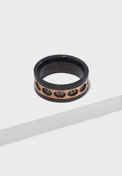 خاتم مزين بأحرف رومانية