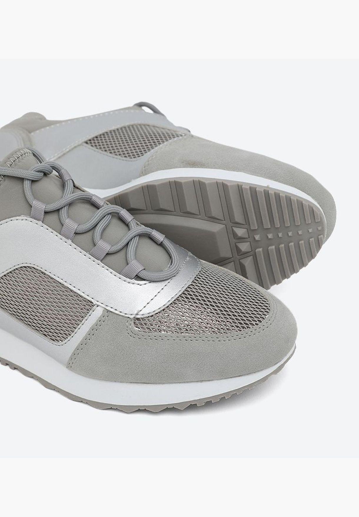 حذاء سنيكرز بتفاصيل لامعة ورباط للإغلاق