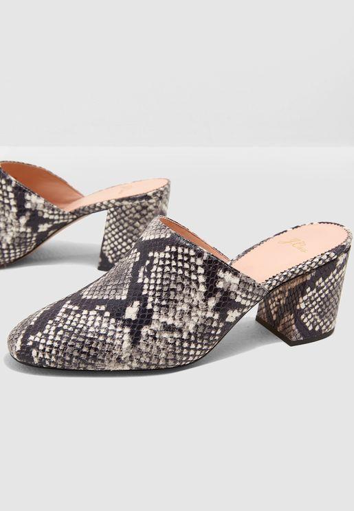حذاء بطبعات جلد الحية