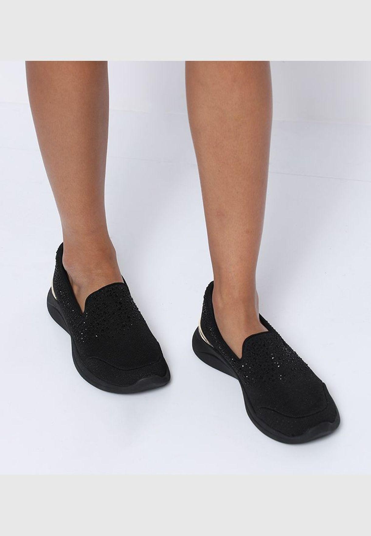 حذاء سهل الإرتداء بلون أسود