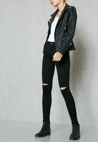 بنطال جينز ممزق عند الركبة