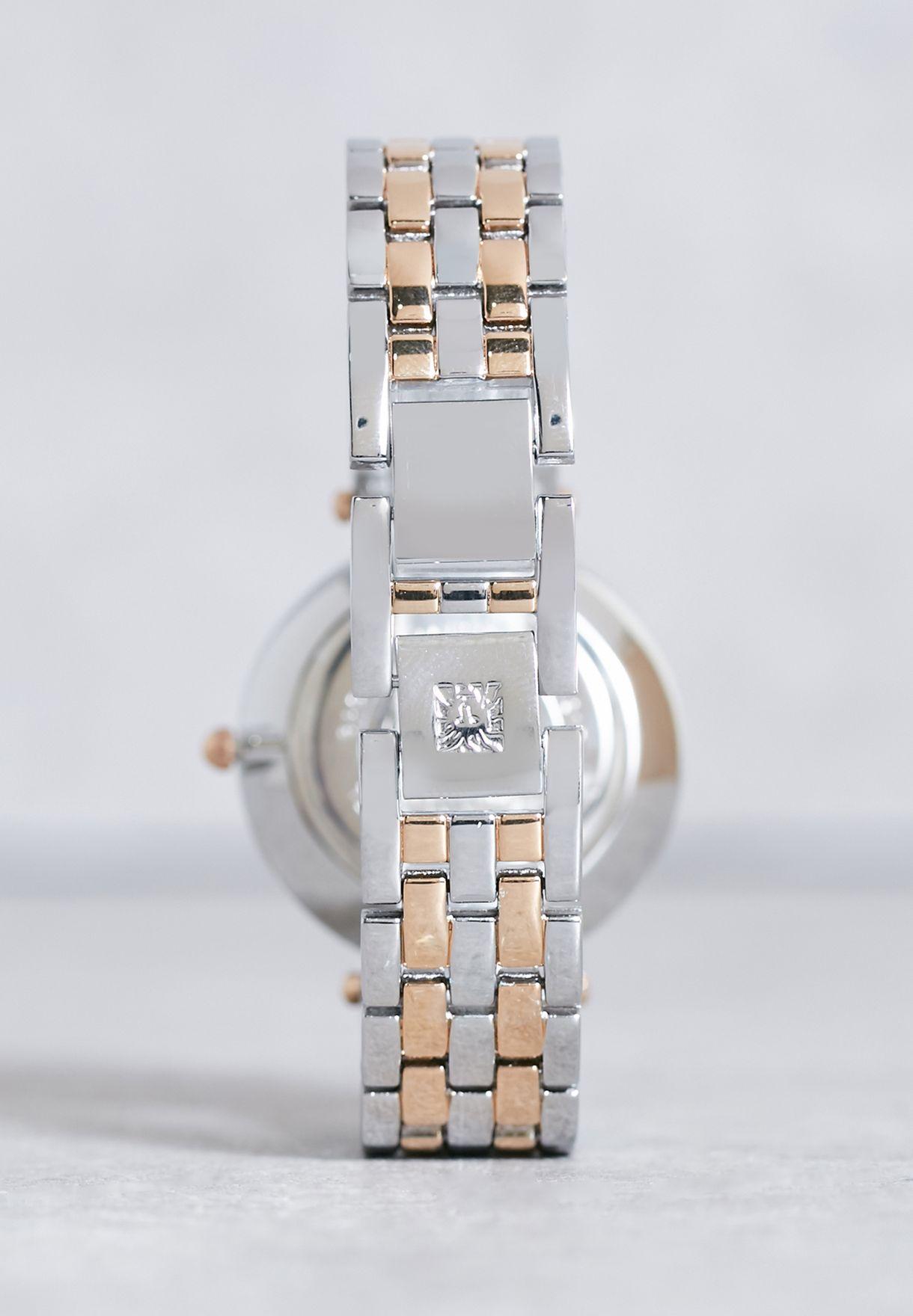 ساعة بشعار الماركة