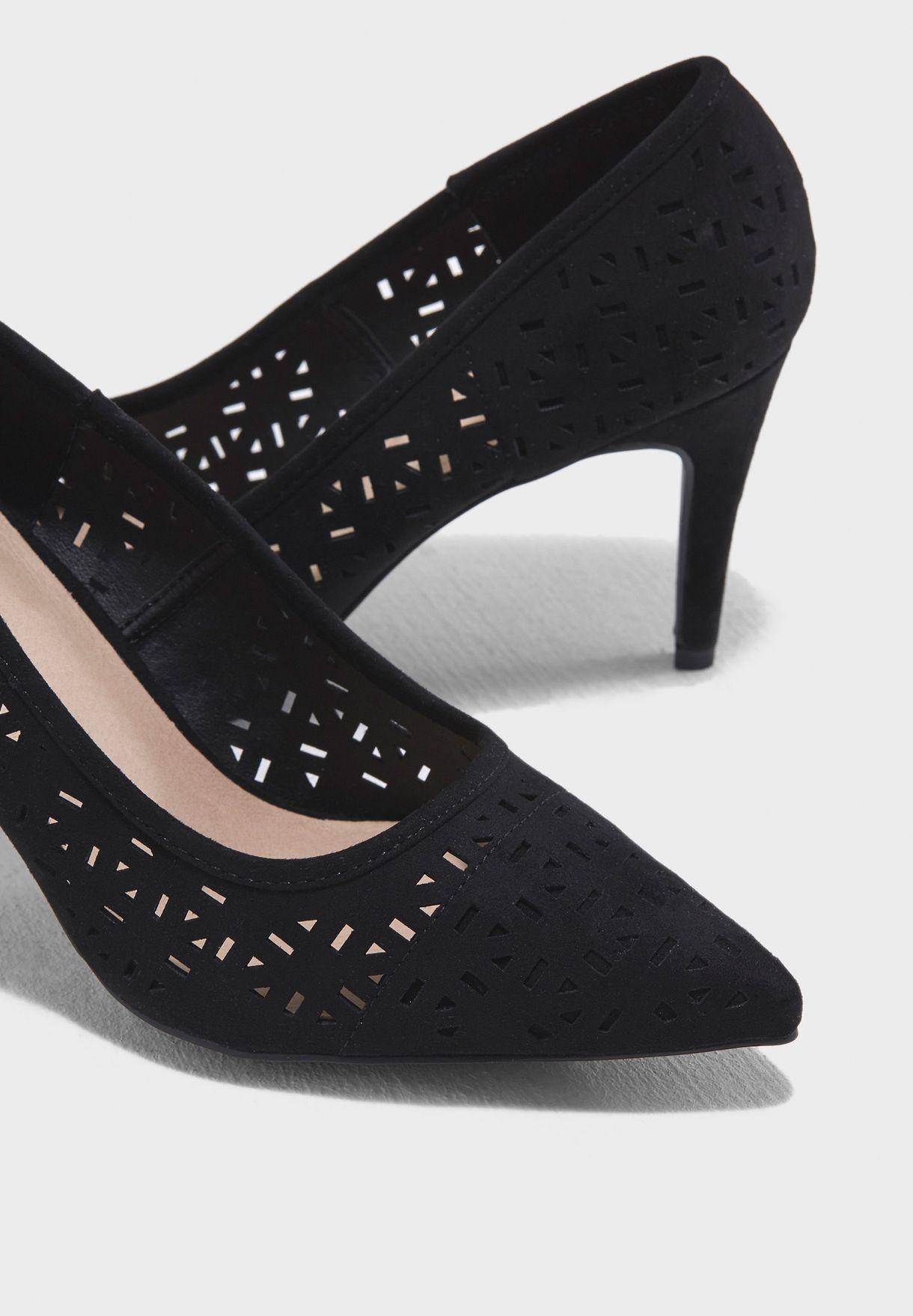 حذاء بفتحات ليزر