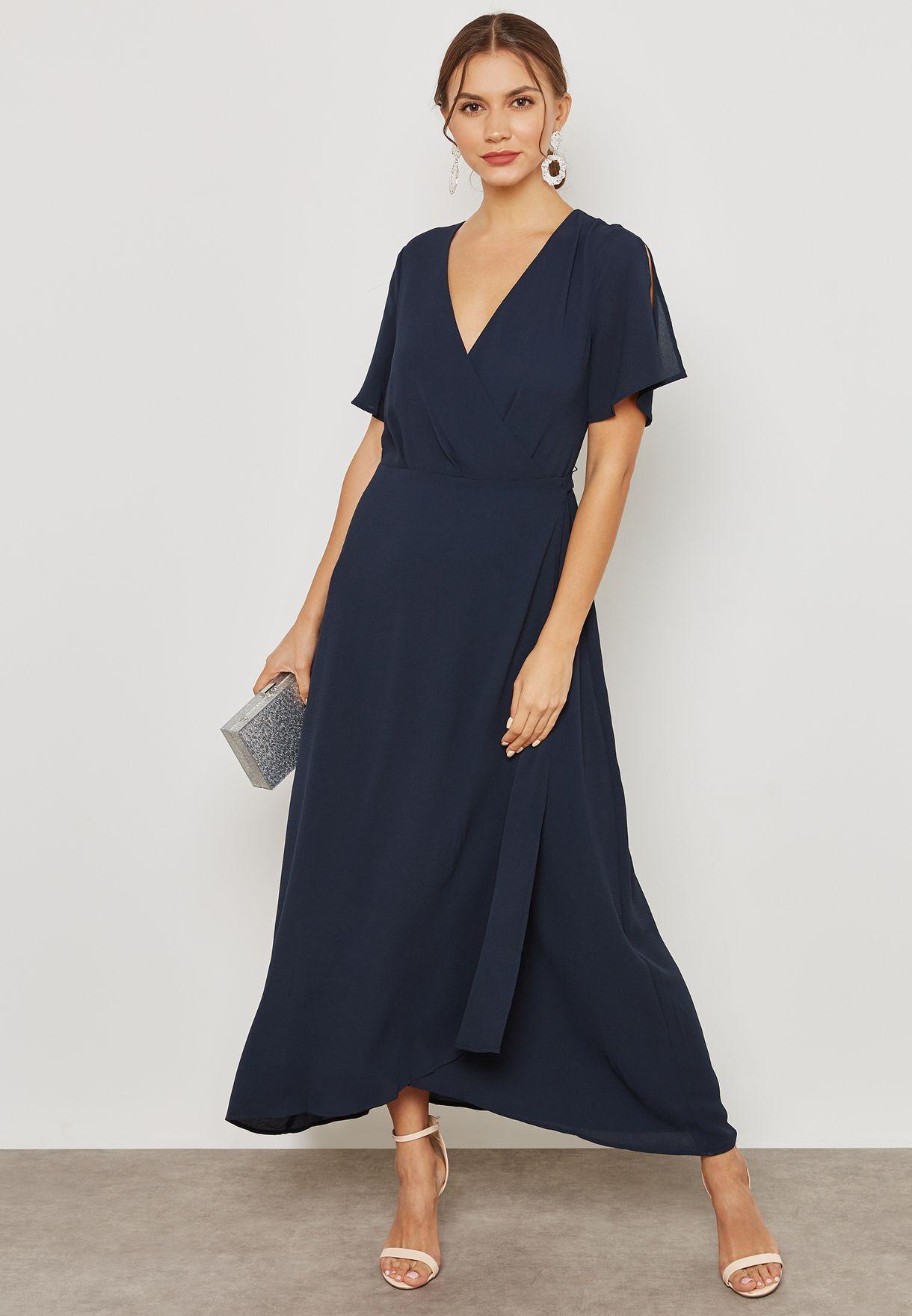 فستان بنمط لف وياقة عميقة