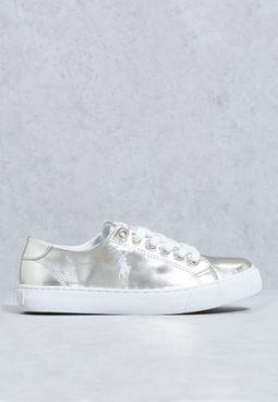 حذاء بشعار الماركة مطرز