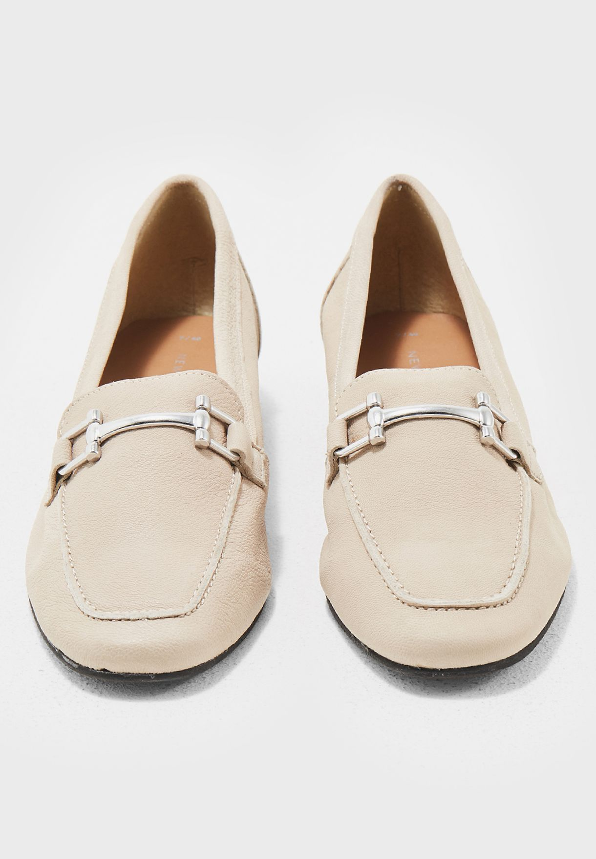 حذاء مزين بجزء معدني