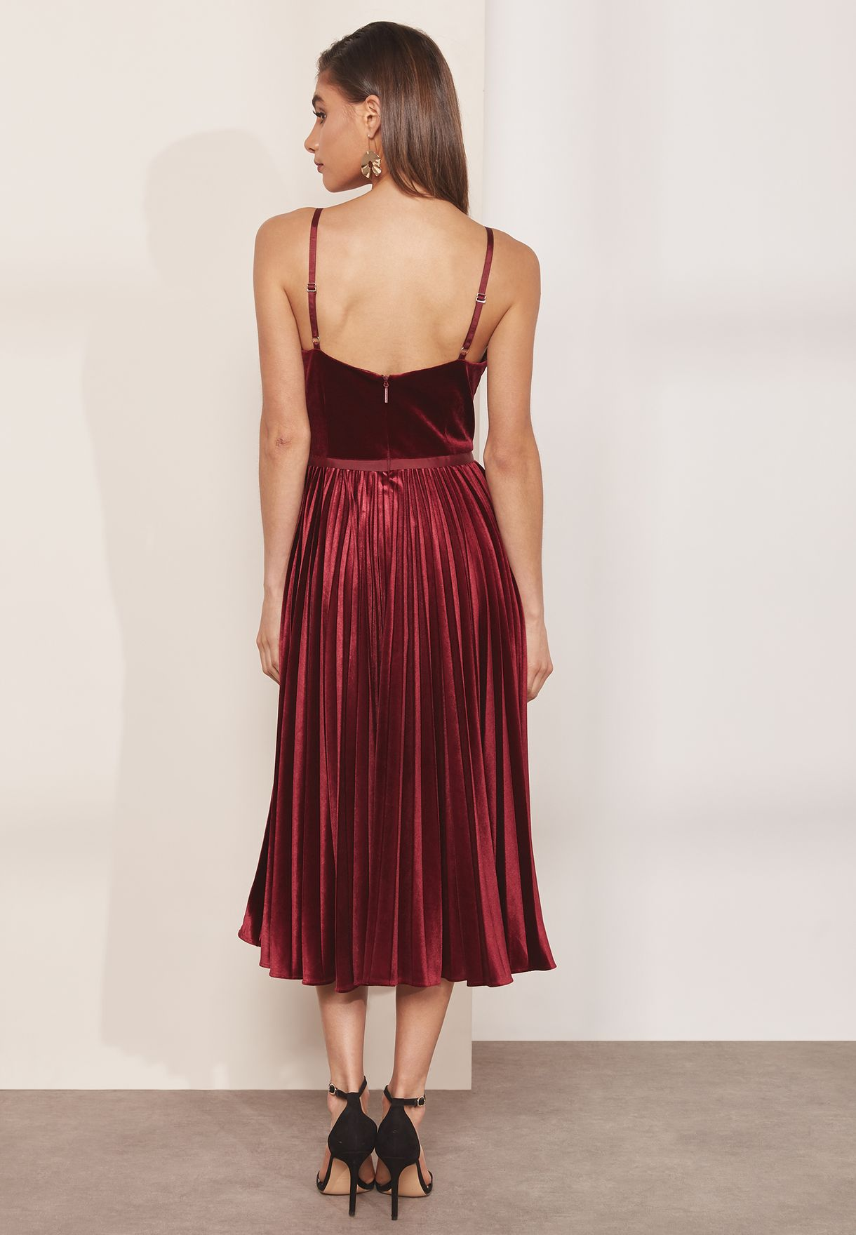 فستان مخمل بطيات وحمالات كتف رفيعة