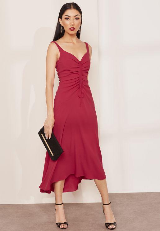 فستان بحمالات كتف رفيعة واجزاء مزمومة