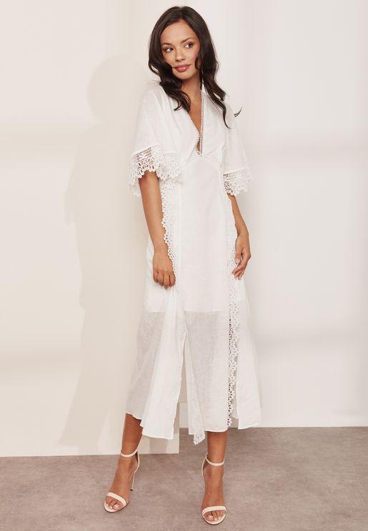 فستان دانتيل بياقة عميقة