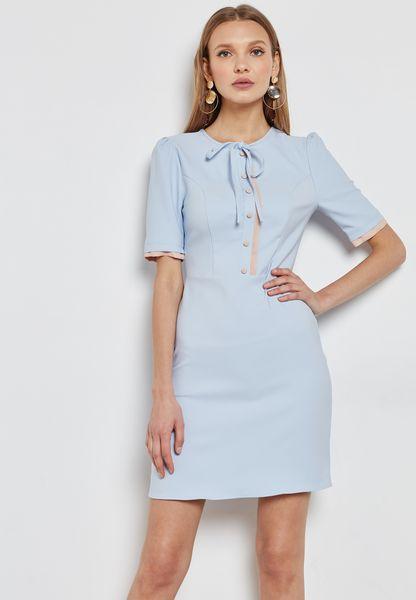 فستان مزين بأزرار ورباط عنق