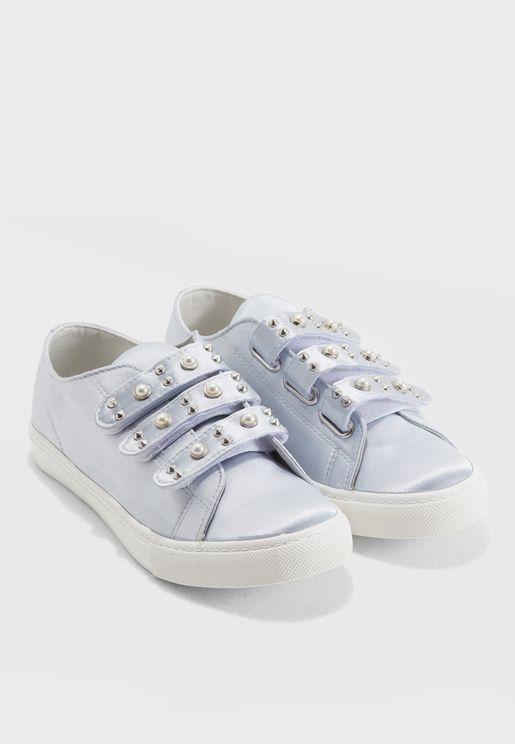 حذاء سنيكرز بشريط لاصق