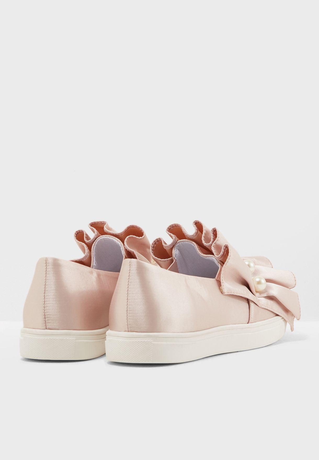 حذاء مزين بالؤلؤ