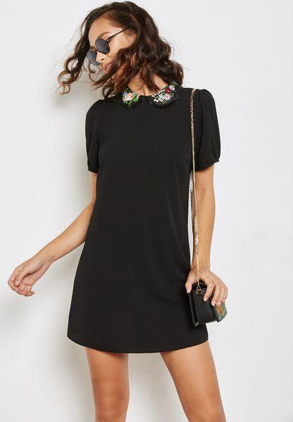فستان قصير بياقة مغايرة