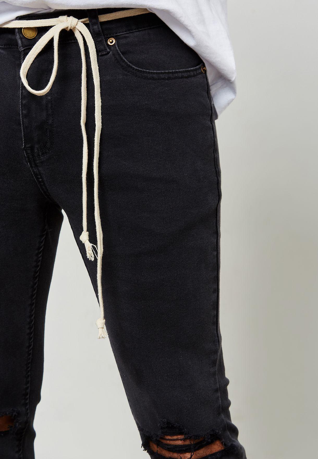 جينز باهت وممزق