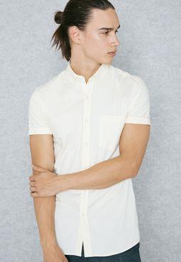 قميص يبرز العضلات