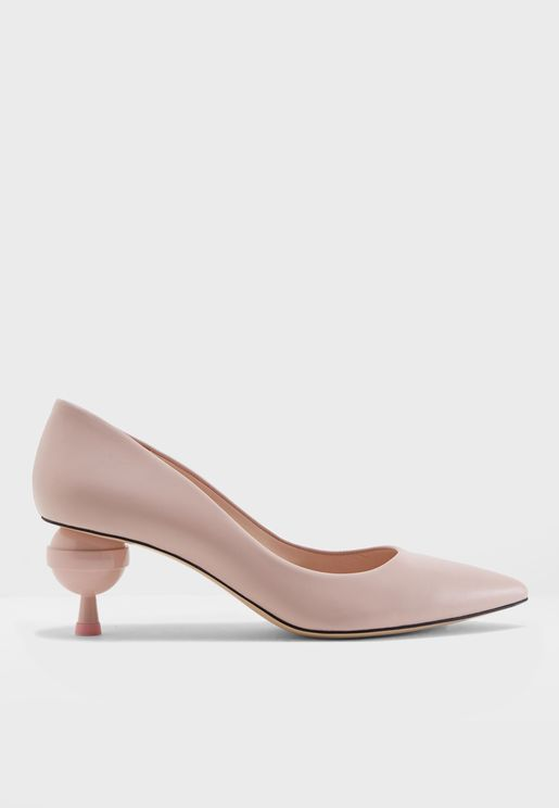 حذاء أن بمقدمة مدببة