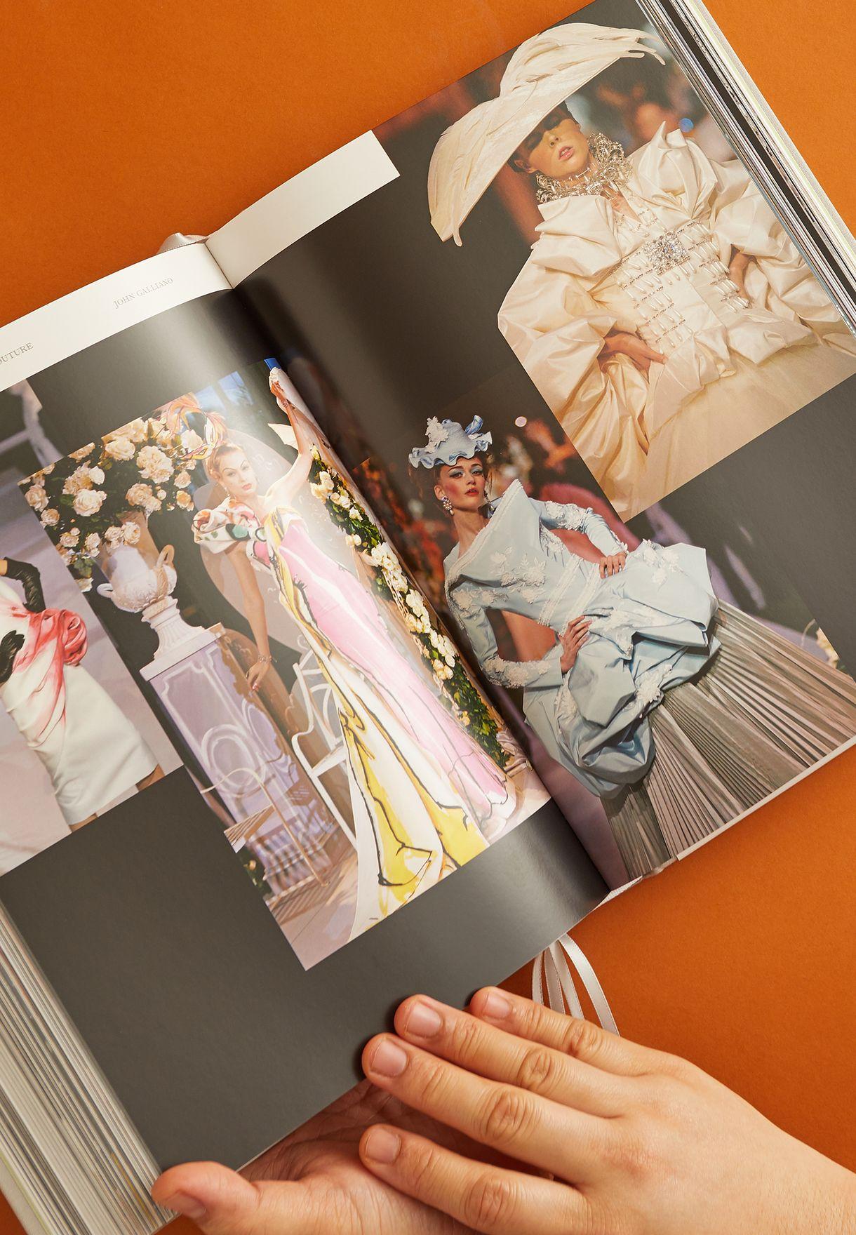 كتاب عروض أزياء ديور