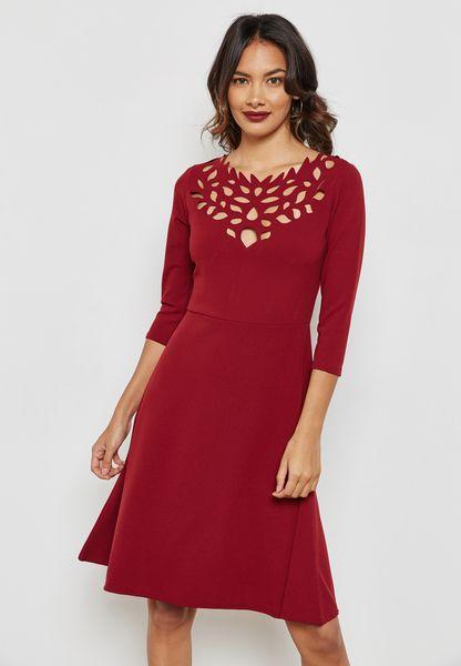 فستان بفتحات صغيرة عند الياقة