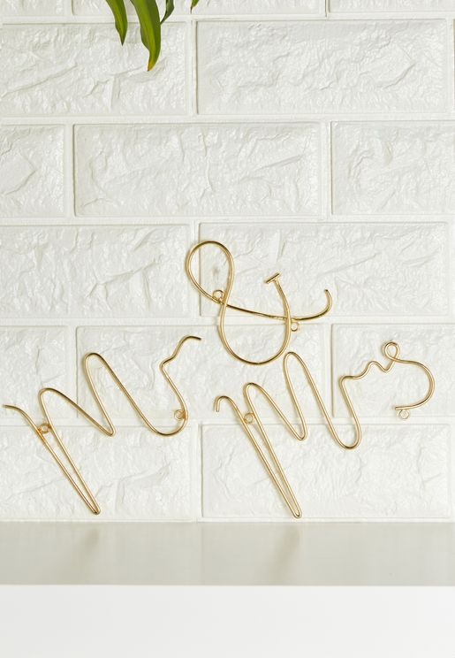 """سلك إضاءة يحمل عبارة """"Mr & Mrs"""""""