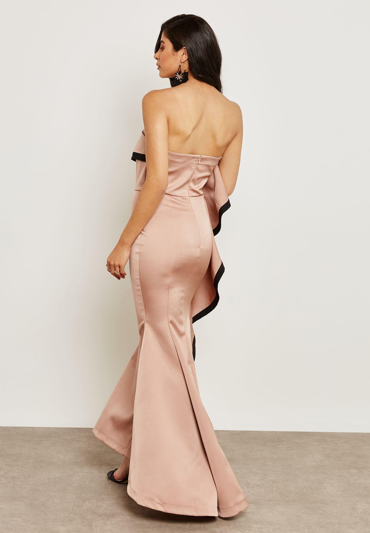 فستان عاري الاكتاف مع كشكش