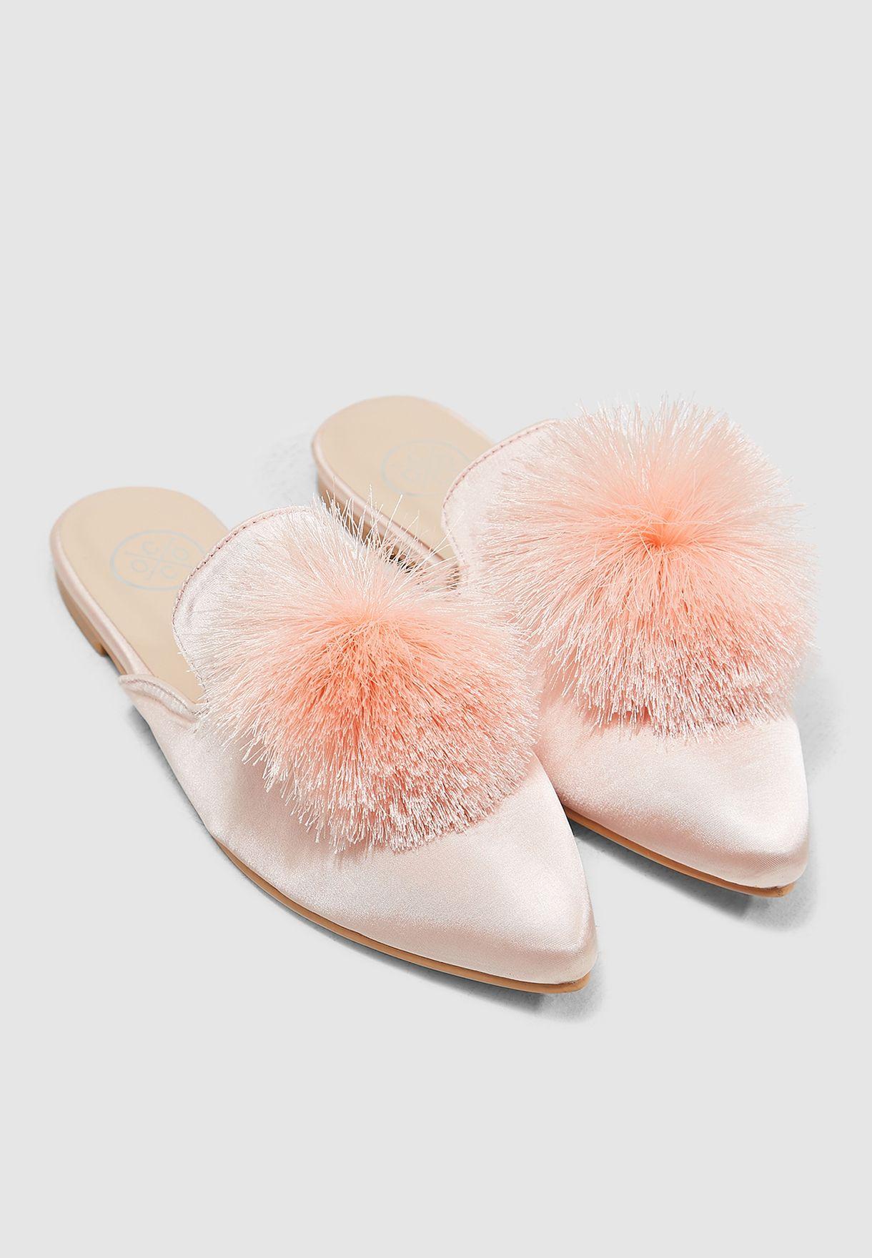 حذاء مزين بكرة بوم بوم