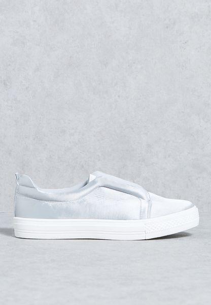حذاء من الستان