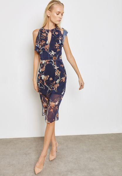 فستان بتصميم فتحة عند الياقة