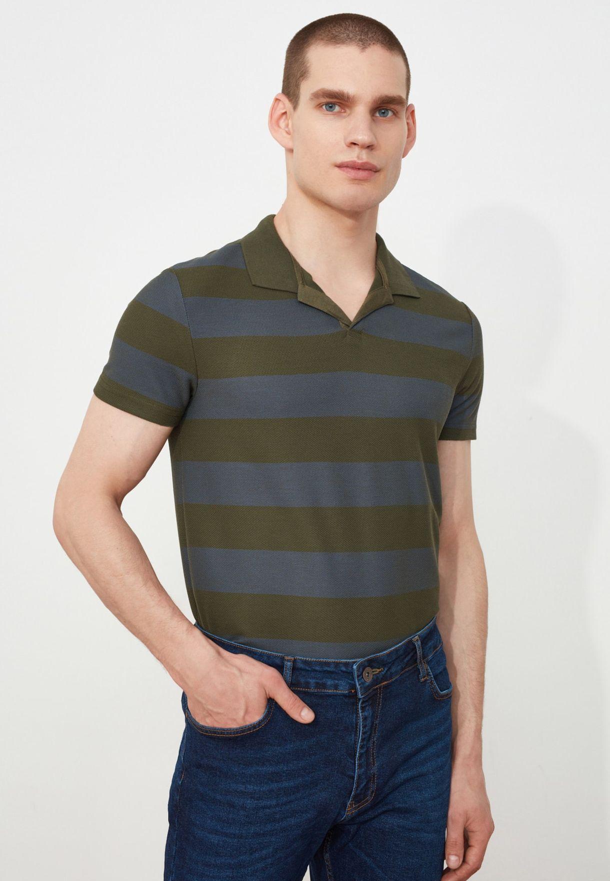 قميص بولو مخطط