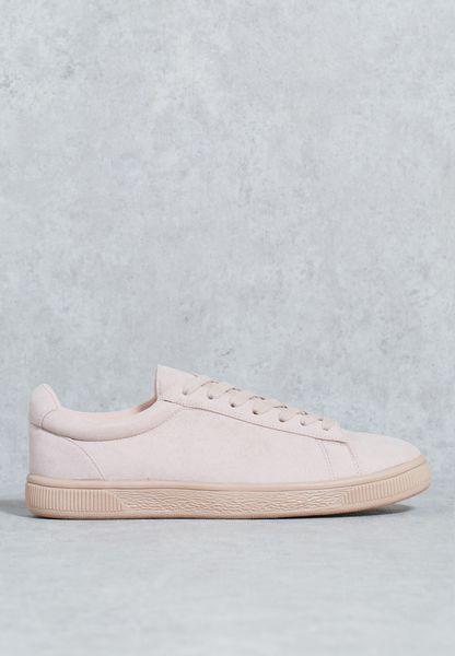 حذاء مع اربطة للاغلاق