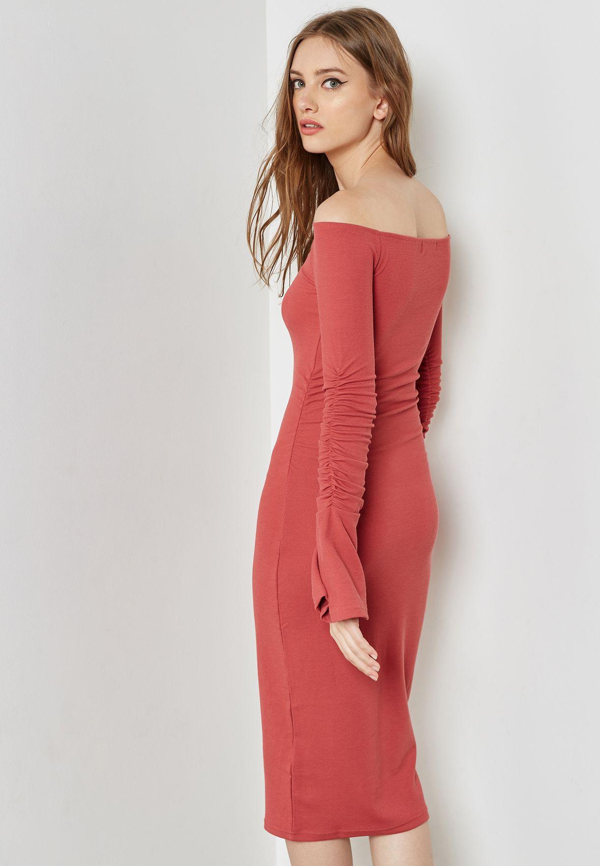 فستان ميدي بأكتاف مكشوفة